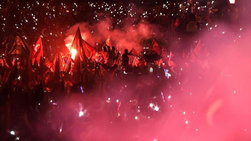 Devant la foule réunie à Istanbul, le président Erdogan a promis samedi soir d'«arracher la tête des traîtres», un an après le putsch avorté qui a fait plus de 250 morts.