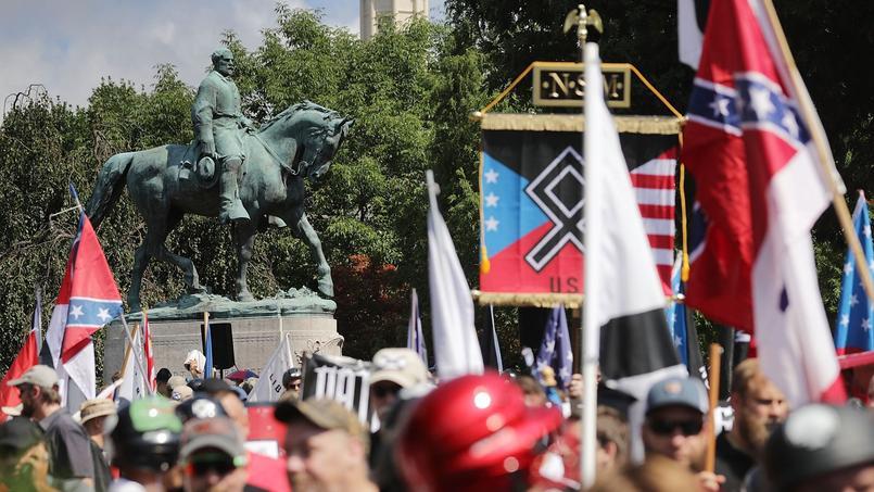 Des drapeaux confédérés sont visibles lors du rassemblement, avec certains signes néonazis.