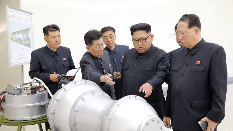 Kim Jung-un devant une bombe à hydrogène.