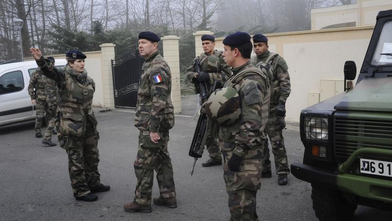 Jean-Pierre Bosser, chef d'état-major de l'armée de terre (au centre) rend visite à une unité «Sentinelle» à la synagogue de Sainte-Geneviève-des-Bois, le 12 février.