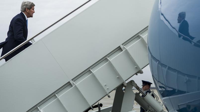 Le secrétaire d'État américain John Kerry monte, mercredi, à bord d'un avion Air Force, sur la base d'Andrews dans le Maryland, pour se rendre en Suisse.