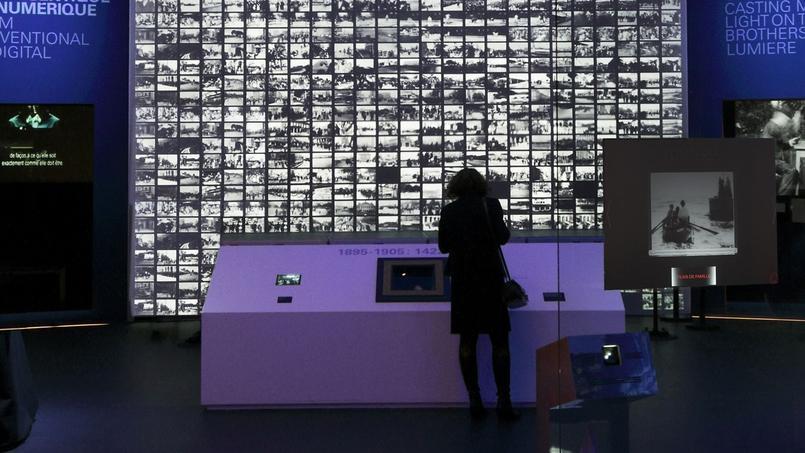 Présenté à Paris il y a 120 ans, le cinématographe des frères Lumière illumine le monument parisien dans une exposition intitulée Lumière ! Le cinéma inventé.