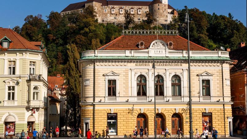 La place du Congrès, au centre de Ljubljana, est entourée d'immeubles à l'architecture austro-hongroise.