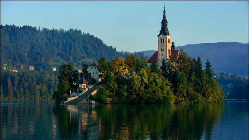 Encerclée par les eaux bleutées du lac de Bled, cette petit île ( la seule du pays) est un havre de paix. En son centre, l'église Sainte-Marie-de-l'Assomption.