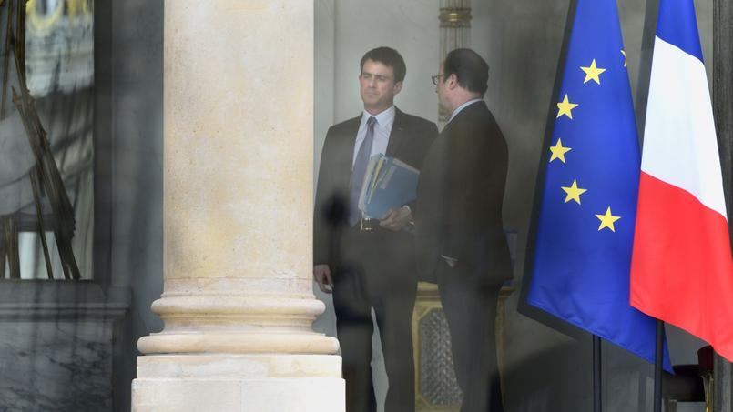 François Hollande et Manuel Valls en conversation lundi à l'Élysée.