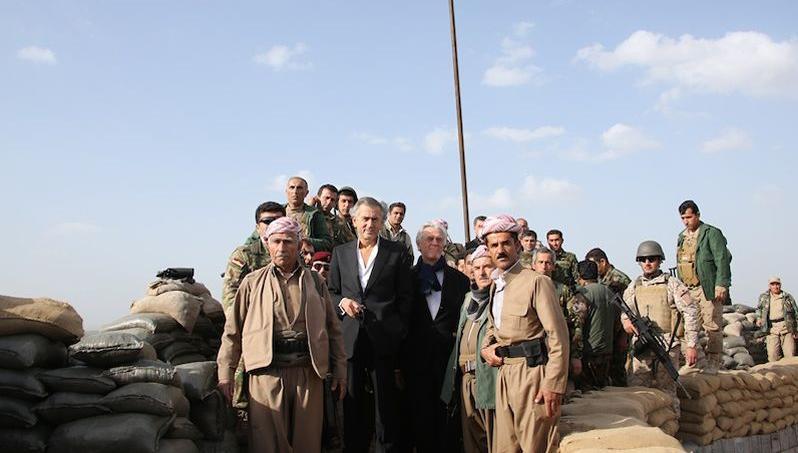 Bernard-Henri Lévy en Irak avec des combattants Peshmergas, nom des combattants kurdes.