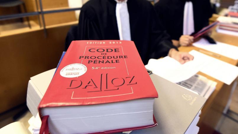 L'article 80-1 du code de procédure pénale (CPP) est clair: un magistrat instructeur ne peut mettre en examen «que les personnes à l'encontre desquelles il existe des indices graves ou concordants rendant vraisemblable qu'elles aient pu participer, comme auteur ou complice, à la commission des infractions dont il est saisi».
