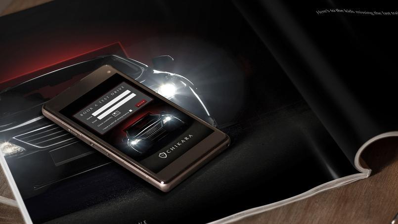 Un smartphone connecté posé sur une page de magazine.