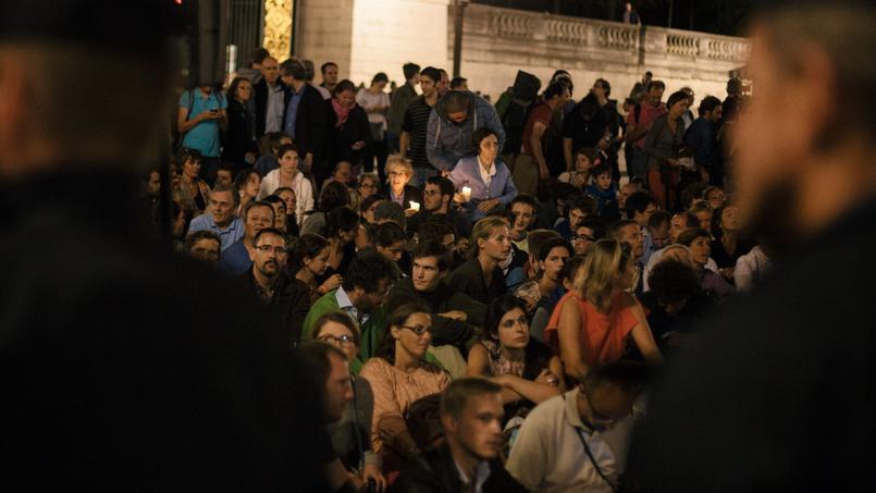 Le mouvement des Veilleurs, mobilisés contre la loi Taubira, Place de la Concorde à Paris en août 2013.
