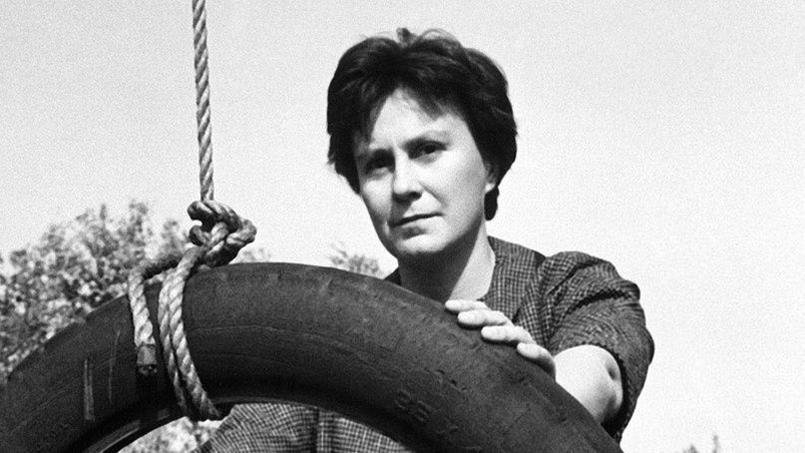 Harper Lee en 1962, sur le plateau du film Du silence et des ombres tiré de son roman Ne tirez pas sur l'oiseau moqueur.