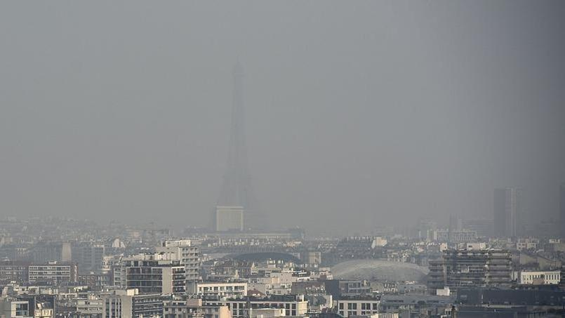Fin mars, la capitale avait déjà enregistré un pic de pollution qui avait fait disparaître la Tour Eiffel du paysage (Crédits: Franck FIFE/AFP)