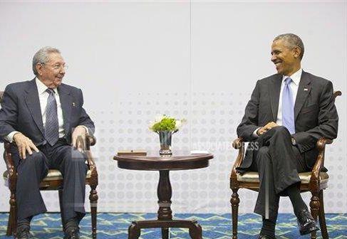 Les présidents cubain Raul Castro et américain Barack Obama lors du Sommet des Amérique au Panama le 11 avril dernier. (Photo Pablo martinez Monsivais/AP.)