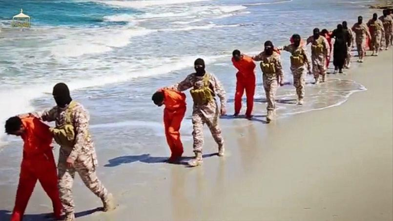 Dans la vidéo, 12 hommes, vêtus de combinaisons orange, sont amenés sur une plage avant d'être couchés au sol et décapités au couteau. 16 autres sont tués par balles dans une autre zone.