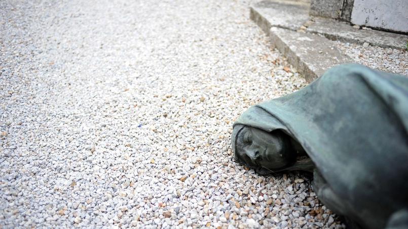 Une tombe vandalisée au cimetière Saint-Roch de Castres, mercredi 15 avril.