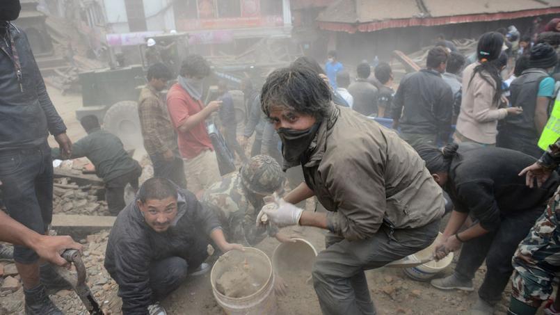 Les gens tentent de déblayer un site du patrimoine historique de l'Unesco qui a été sévèrement endommagée par un tremblement de terre le 25 Avril 2015. Il s'agit du Durbar Square, un site qui regroupe de nombreux temples.