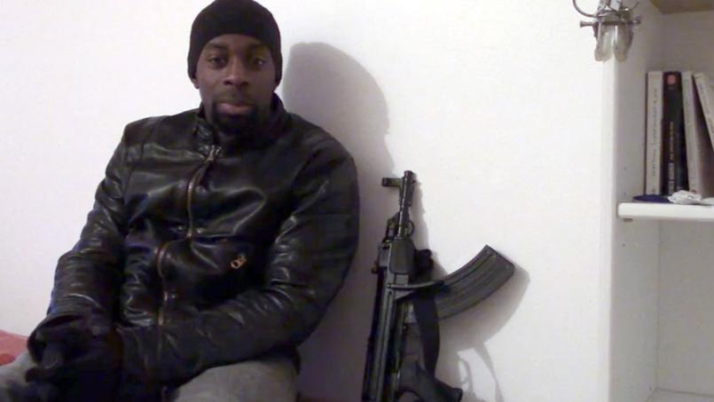 Amedy Coulibaly posant à côté d'une de ses armes (illustration).