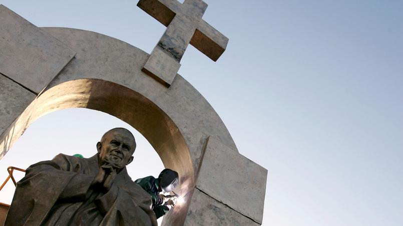 La statue du Pape est surmontée d'une arche surmontée d'une croix, ce qui est jugé contraire à la loi.
