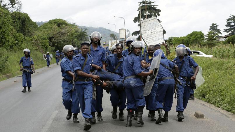 Des policiers évacuent un collègue blessé lors d'une manifestation lundi à Bujumbura ( AP Photo/ Jerome Delay ).