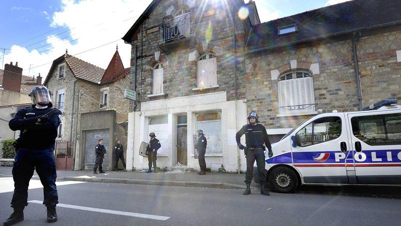 Des policiers, lundi, devant la maison de Maryvonne.