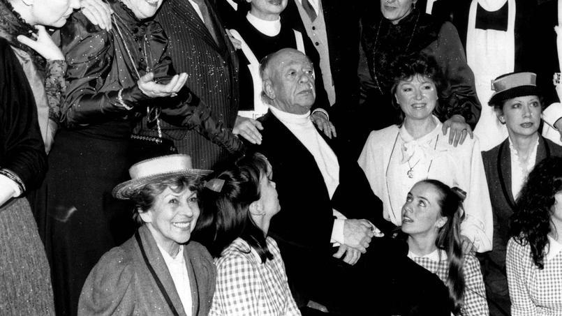 Eugène Ionesco (au centre) le 24 février 1987à Paris, entouré des interprètes successifs de La Cantatrice chauve pour le 30e anniversaire de la pièce de théâtre.
