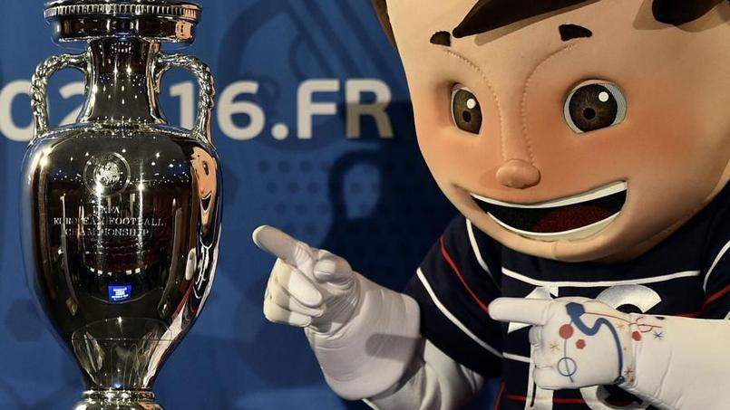 La mascotte de l'Euro, Super Victor, aux côtés du trophée.
