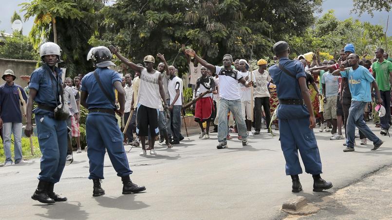 Des manifestants tentent de rejoindre le centre-ville de Bujumbura, le 13 mai 2015 au Burundi.