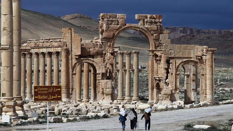 Des civils passent devant les ruines de Palmyre dans cette photo prise au printemps 2014.