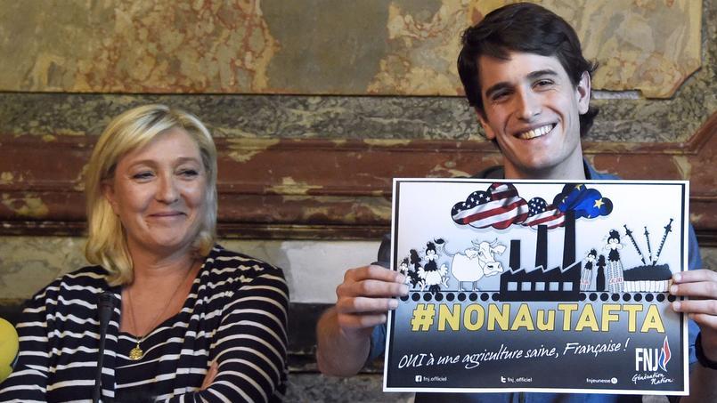Marine Le Pen et Gaëtan Dussausaye, le directeur du Front national de la jeunesse, lors de la conférence de presse anti-Tafta du lundi 18 mai.