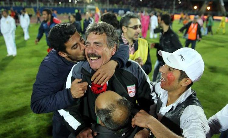 L'entraîneur Toni Oliveira ivre de joie fête le titre avant de vite retomber sur terre quelques instants plus tard.