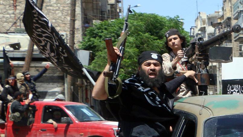 Des djihadistes du Front al-Nosra défilent dans les rues d'Alep avant d'aller au front, le 26 mai 2015.