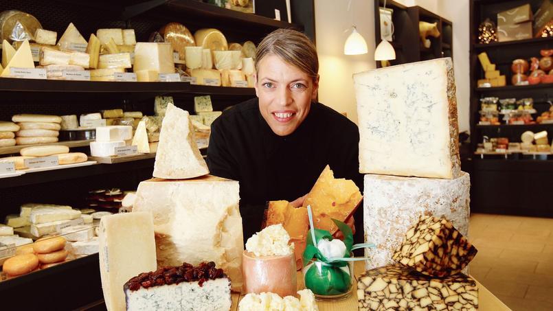 Claire Griffon dans sa boutiqueproche de la tour Eiffel, devant quelques variétésde fromages étrangers.