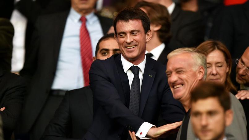Manuel Valls avec Didier Deschamps pour voir la rencontre entre le PSG et Barcelone le 15 avril 2015.