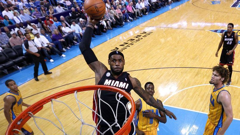 LeBron James en 2014 avec le Miami Heat s'apprête à dunker.