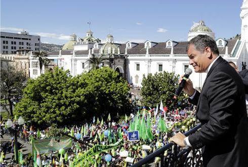 Le président Correa au balcon du palais présidentiel lundi. (Photo El Universo.)