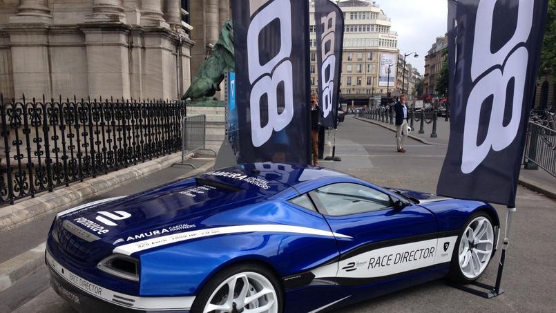 Une voiture du projet exposée devant la Mairie de Paris (DR)
