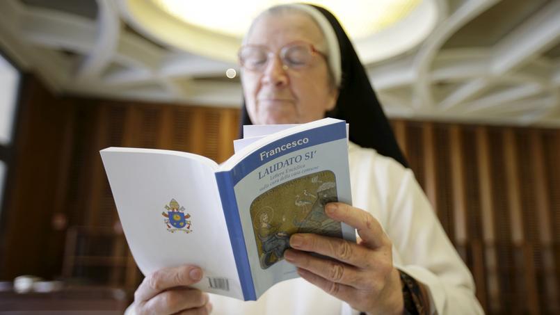 Une bonne soeur lit l'encyclique Laudato si du pape François ce jeudi au Vatican.