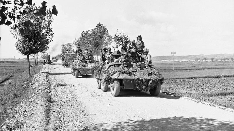 Les véhicules blindés sud-coréens se retirent avant l'arrivée des forces nord-coréennes dans la région de Suwon en Corée du Sud le 8 juillet 1950.