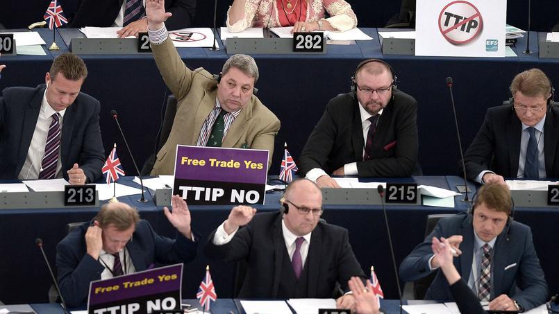 Des membres du Parlement européen arborent des pancartes contre le traité transatlantique lors d'une session de vote le 10 juin 2015.