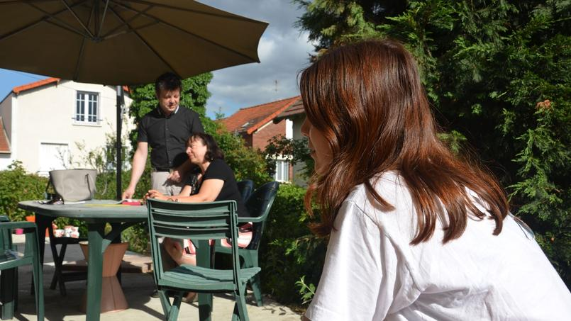 Fiorella discute avec ses parents, Sylvie et Dominique Mennesson, dans leur maison à Maisons-Alfort, dans le Val-de-Marne, le 23 juin 2015. Crédits photos: Caroline Piquet
