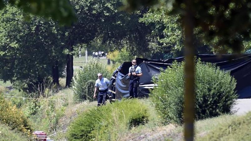 La sécurité devant le lieu où le corps décapité a été retrouvé/ Crédits photo: AFP Photo/Philippe Desmoze