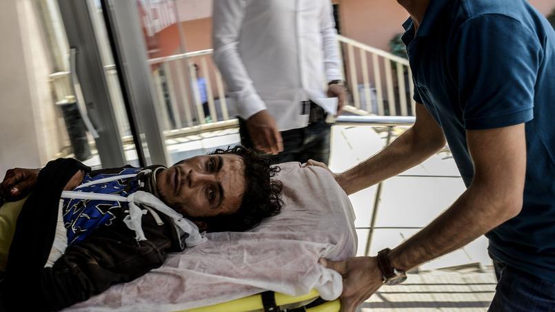 Un homme blessé à Kobané est soigné de l'autre côté de la frontière, en Turquie.