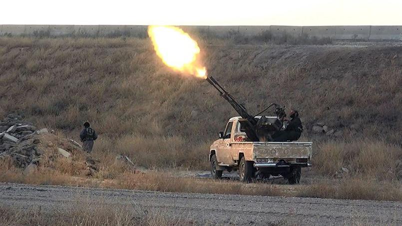 Des soldats de l'EI visent un avion de l'armée syrienne