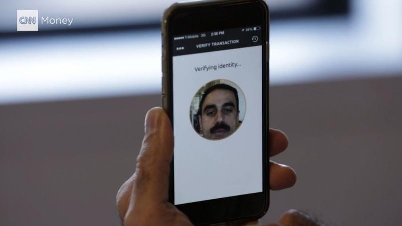Ajay Bhalla, chef de produit sécurité de Mastercard, fait une démonstration de l'application qui permettra d'authentifier les achats via un selfie ou une empreinte digitale. Capture d'écran d'une vidéo de présentation sur CNN.