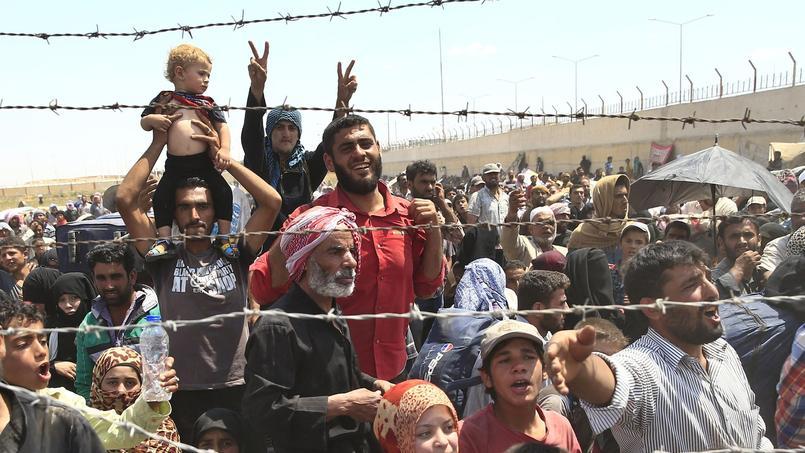 Des réfugiés syriens attendant à la frontière turque, à Akcakale, le 15 juin 2015.