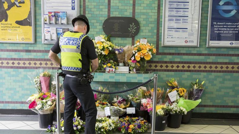 La police anglaise, dont un agent se recueille ici en mémoire des attentats de 2005, fait partie des moins meutrières au monde.