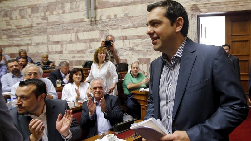 Alexis Tsipras a été accueilli par des applaudissements, vendredi, à Athènes, lors d'une réunion à l'Assemblée des parlementaires appartenant à Syriza.