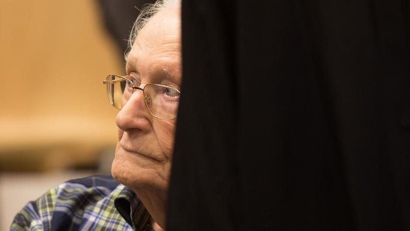 L'ancien officier Oskar Gröning, photographié lors de son procès devant le tribunal de Lunebourg, en Allemagne.
