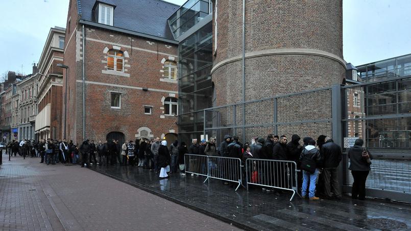 File d'attente devant la préfecture du Nord, à Lille, pour l'obtention d'un titre de séjour.