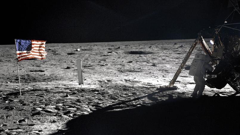 L'astronaute americain Neil Armstrong près du drapeau americain sur la lune le 20 juillet 1969 lors de la mission lunaire Apollo 11.