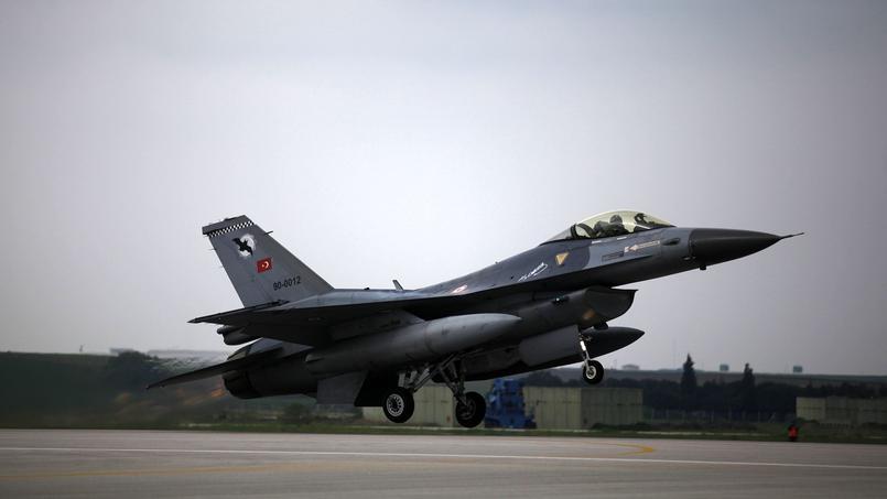 Trois F-16 avaient déjà décollé de Diyarbakir vendredi matin, visant deux positions de l'État islamique et un «point de rassemblement» de combattants, avant de regagner leur base.
